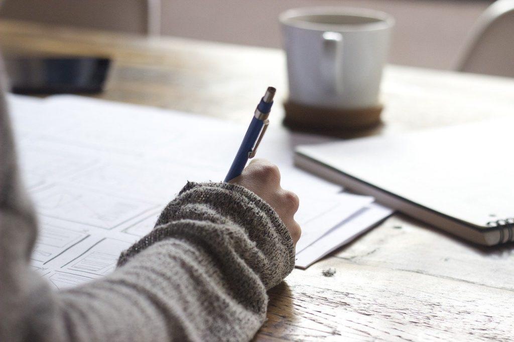 Mujer escribiendo sus sueños